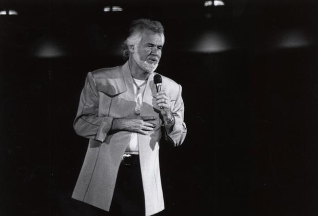 Huyền thoại nhạc đồng quê Mỹ Kenny Rogers qua đời, gia đình tổ chức tang lễ riêng tư vì tình hình dịch bệnh - Ảnh 2.