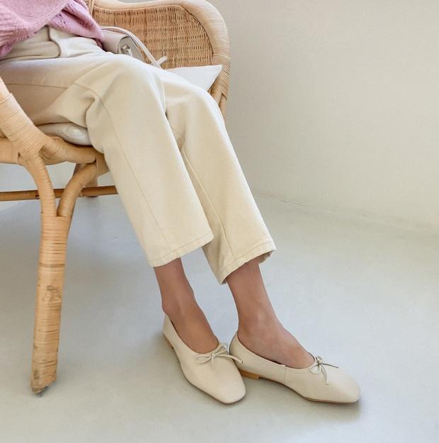Tạm quên giày nâu đen đi, muôn kiểu giày trắng mới thực sự đắc sủng đợt này vì giúp mọi set đồ vươn lên đẳng cấp mới - Ảnh 1.