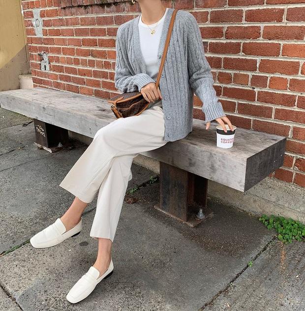 Tạm quên giày nâu đen đi, muôn kiểu giày trắng mới thực sự đắc sủng đợt này vì giúp mọi set đồ vươn lên đẳng cấp mới - Ảnh 12.