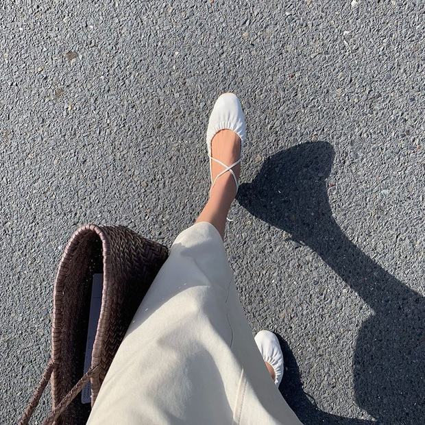 Tạm quên giày nâu đen đi, muôn kiểu giày trắng mới thực sự đắc sủng đợt này vì giúp mọi set đồ vươn lên đẳng cấp mới - Ảnh 13.
