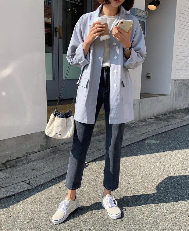 Tạm quên giày nâu đen đi, muôn kiểu giày trắng mới thực sự đắc sủng đợt này vì giúp mọi set đồ vươn lên đẳng cấp mới - Ảnh 14.