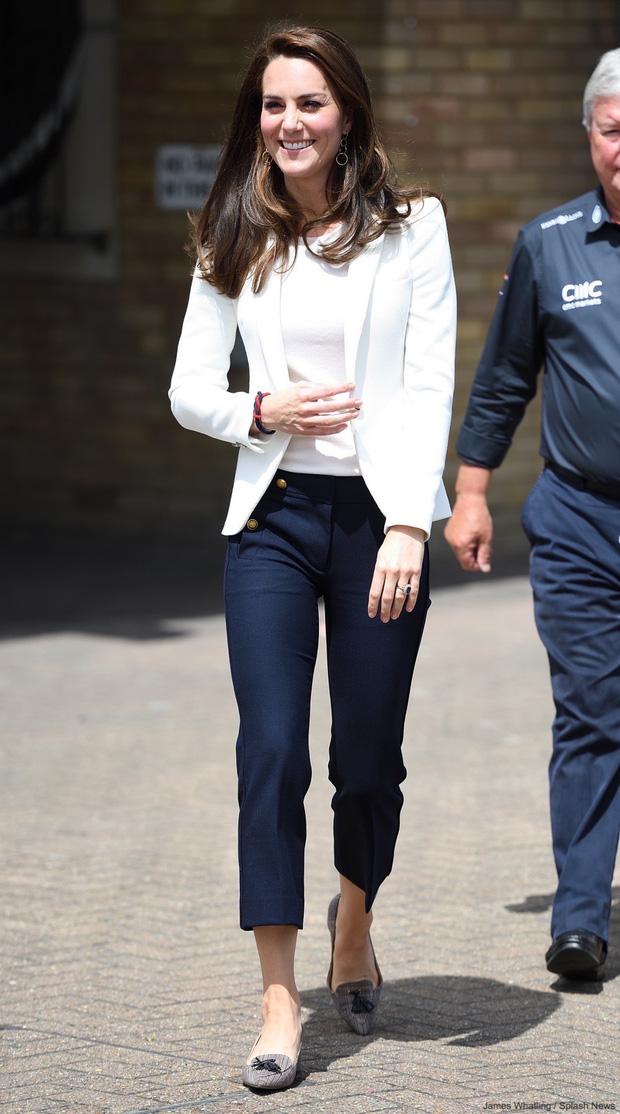 Lần đầu tiên Công nương Kate diện nguyên bộ suit, là học phá vỡ quy tắc Hoàng gia từ em dâu Meghan? - Ảnh 3.