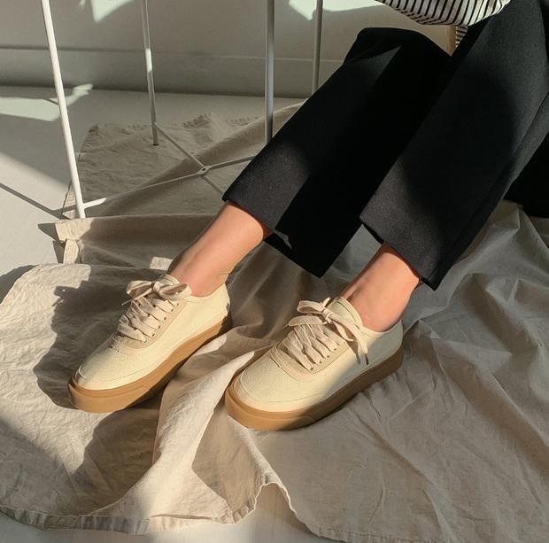 Tạm quên giày nâu đen đi, muôn kiểu giày trắng mới thực sự đắc sủng đợt này vì giúp mọi set đồ vươn lên đẳng cấp mới - Ảnh 3.
