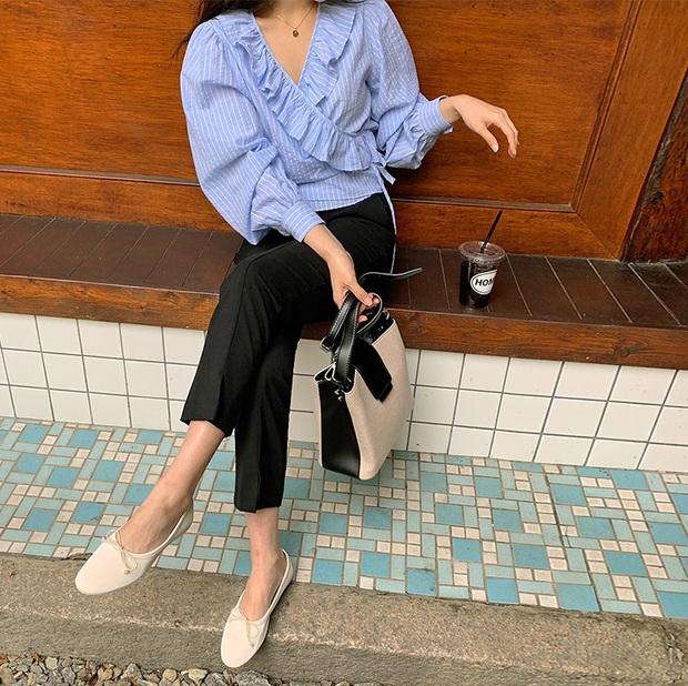 Tạm quên giày nâu đen đi, muôn kiểu giày trắng mới thực sự đắc sủng đợt này vì giúp mọi set đồ vươn lên đẳng cấp mới - Ảnh 4.