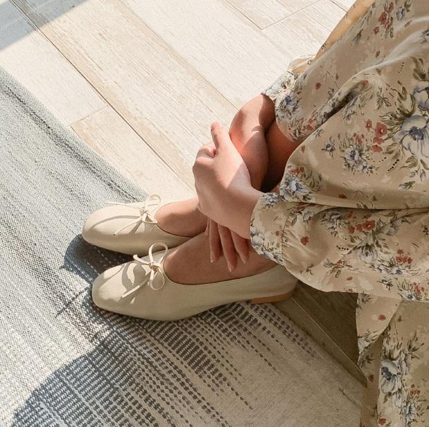 Tạm quên giày nâu đen đi, muôn kiểu giày trắng mới thực sự đắc sủng đợt này vì giúp mọi set đồ vươn lên đẳng cấp mới - Ảnh 5.