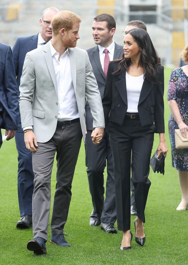 Lần đầu tiên Công nương Kate diện nguyên bộ suit, là học phá vỡ quy tắc Hoàng gia từ em dâu Meghan? - Ảnh 6.