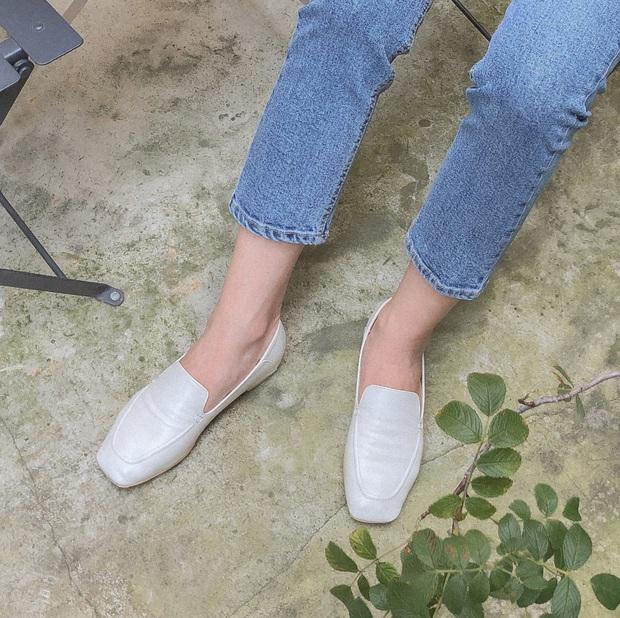 Tạm quên giày nâu đen đi, muôn kiểu giày trắng mới thực sự đắc sủng đợt này vì giúp mọi set đồ vươn lên đẳng cấp mới - Ảnh 6.