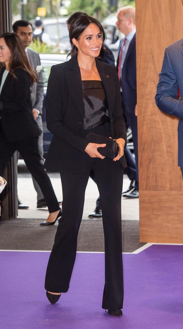 Lần đầu tiên Công nương Kate diện nguyên bộ suit, là học phá vỡ quy tắc Hoàng gia từ em dâu Meghan? - Ảnh 7.