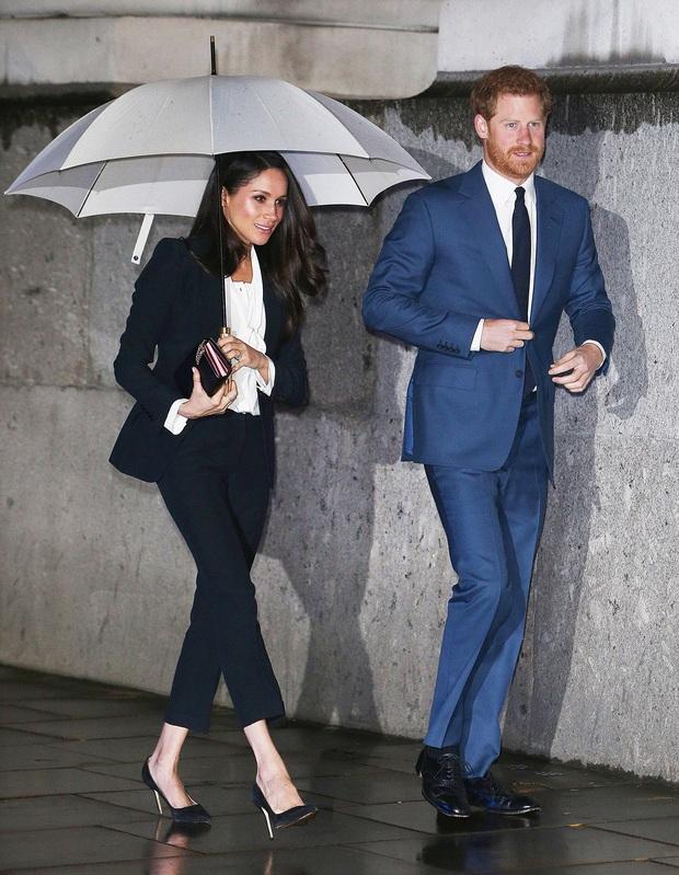 Lần đầu tiên Công nương Kate diện nguyên bộ suit, là học phá vỡ quy tắc Hoàng gia từ em dâu Meghan? - Ảnh 8.