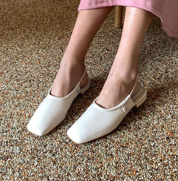 Tạm quên giày nâu đen đi, muôn kiểu giày trắng mới thực sự đắc sủng đợt này vì giúp mọi set đồ vươn lên đẳng cấp mới - Ảnh 8.