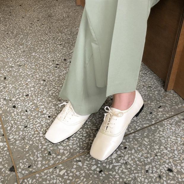 Tạm quên giày nâu đen đi, muôn kiểu giày trắng mới thực sự đắc sủng đợt này vì giúp mọi set đồ vươn lên đẳng cấp mới - Ảnh 10.