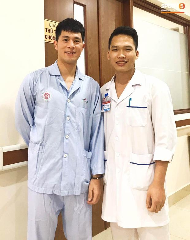 Đình Trọng gây chú ý khi đến hút dịch đầu gối tại bệnh viện 108 - Ảnh 1.