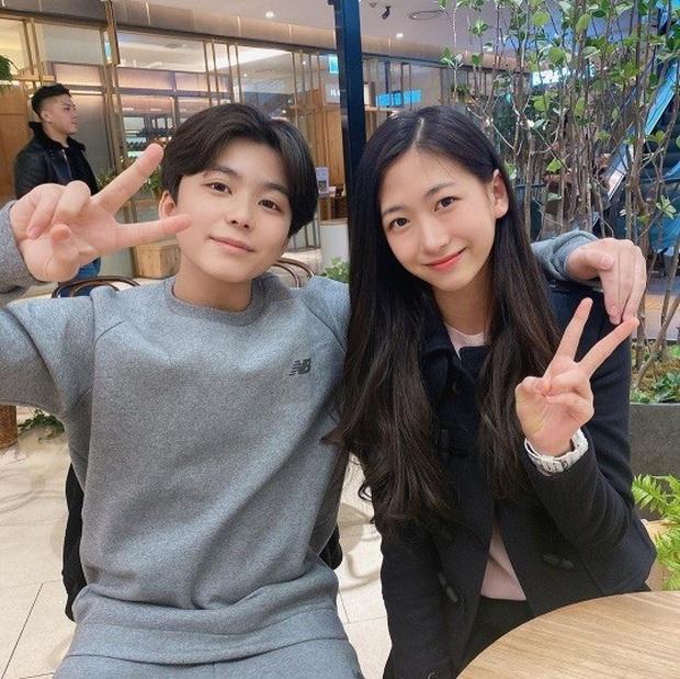 """Cuộc hội ngộ gây sốt của bộ đôi thiên thần nhí đồng niên Mason và Park Min Ha khiến dân tình phải thốt lên """"Ôi chúng ta đã già rồi!"""" - Ảnh 1."""
