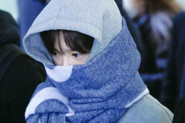 Bức ảnh sân bay bí ẩn khiến fan Kpop lú cực độ: Idol cực phẩm che mặt, fan 8 sao Hàn cả idol, diễn viên nam nữ đều lao vào nhận idol - Ảnh 2.