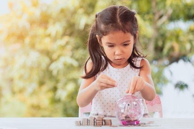 Tỷ phú Warren Buffett: Chờ con lớn mới dạy về tiền bạc là quá muộn, áp dụng các bài học tài chính sớm, trẻ có tương lai thành công - Ảnh 2.