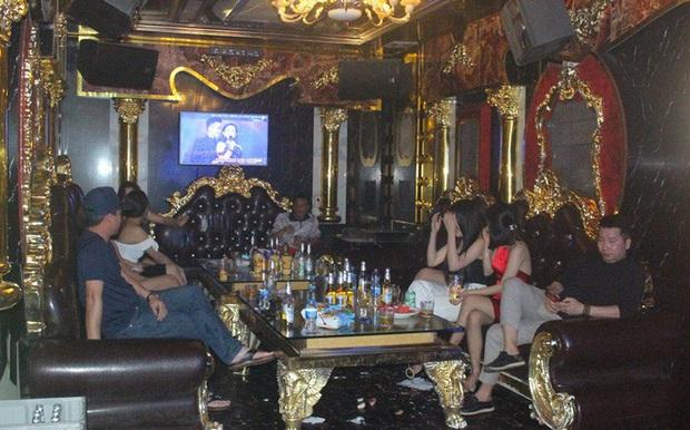 Bất chấp Covid-19, dân chơi đất cảng vẫn đến quán karaoke, gọi chân dài phục vụ - Ảnh 1.