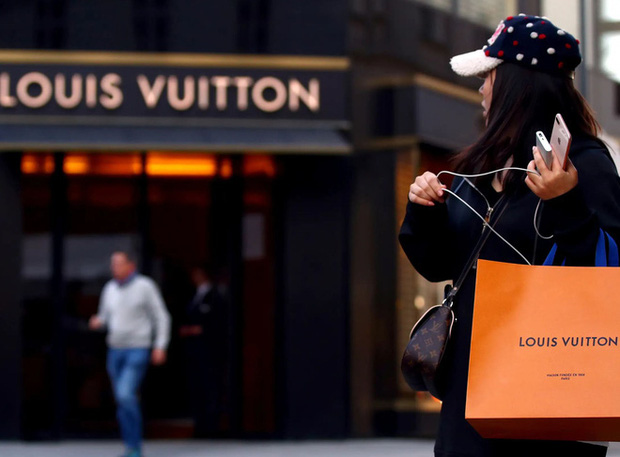 Thương hiệu thời trang lớn nhất thế giới, chủ Louis Vuitton mua 40 triệu khẩu trang chống COVID-19 cho nước Pháp - Ảnh 1.