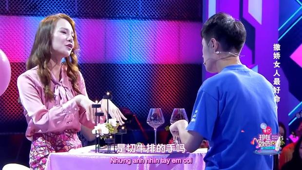 Đòi ăn thanh long bỏ hạt, dưa hấu cắt hình trái tim, cô gái bị bạn trai chia tay ngay tại show tỏ tình - Ảnh 3.