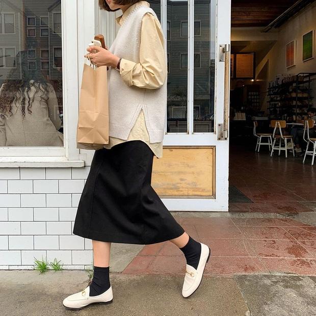 Chân váy đen dễ mặc mà cũng dễ nhạt, nhưng bạn áp dụng loạt ý tưởng sau thì xịn đẹp phải biết - Ảnh 6.