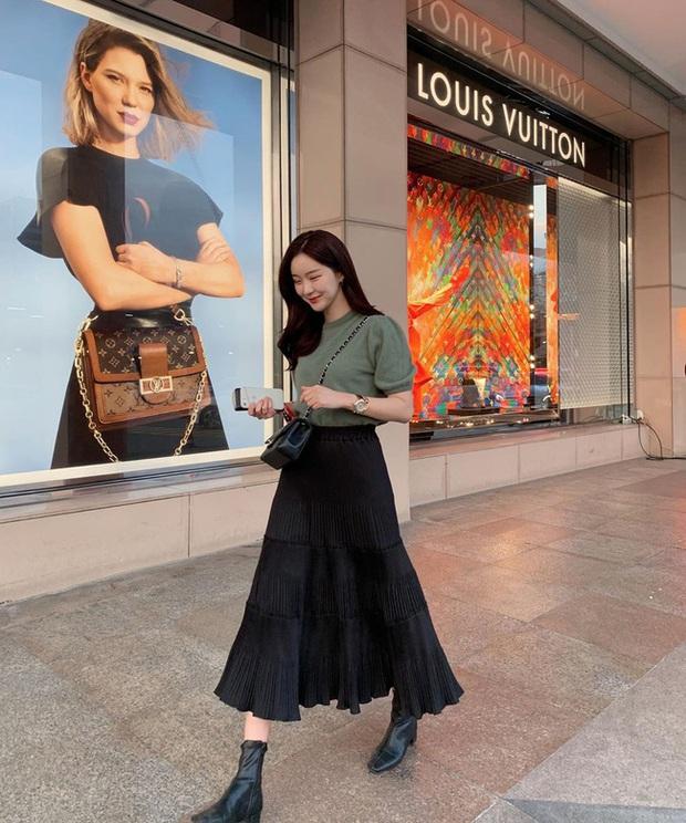 Chân váy đen dễ mặc mà cũng dễ nhạt, nhưng bạn áp dụng loạt ý tưởng sau thì xịn đẹp phải biết - Ảnh 8.