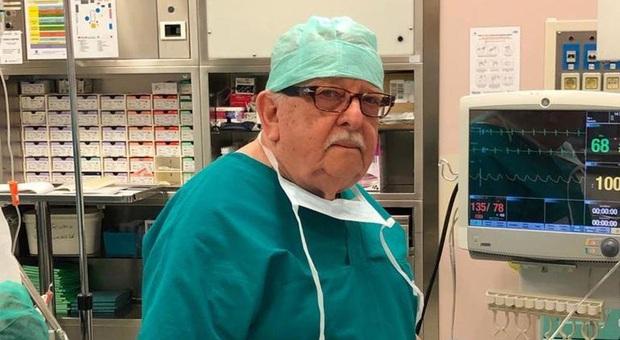Bất chấp nguy cơ lây nhiễm cao, cựu bác sĩ Ý 85 tuổi vẫn quyết tâm trở lại tiền tuyến để chiến đấu chống dịch Covid-19 - Ảnh 1.