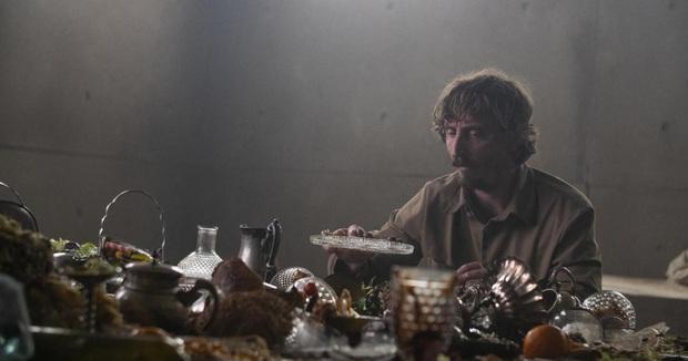 The Platform: Pha châm biếm hoàn hảo về thói hư giành giật đồ ăn của con người, phim kinh dị đáng xem nhất lúc này - Ảnh 1.