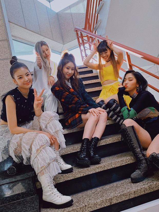 ITZY diễn đạt cúp nhưng netizen vẫn không ngấm nổi outfit: Lên MV đứng riêng thì ổn, đi diễn bị stylist cắt xẻ tơi bời trông thực sự rẻ tiền - Ảnh 2.