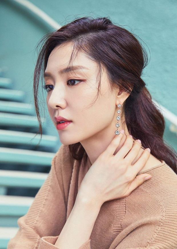 Seo Dan Seo Ji Hye tung ảnh tạp chí chất phát ngất: Đầy khí chất tài phiệt, visual không hổ là đối thủ của Son Ye Jin - Ảnh 8.