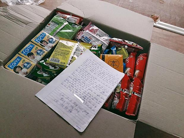 Nhóm nam sinh để lại thùng đầy ắp lương thực cho người cách ly ở KTX, không quên chốt hạ câu cuối cưng muốn xỉu - Ảnh 1.