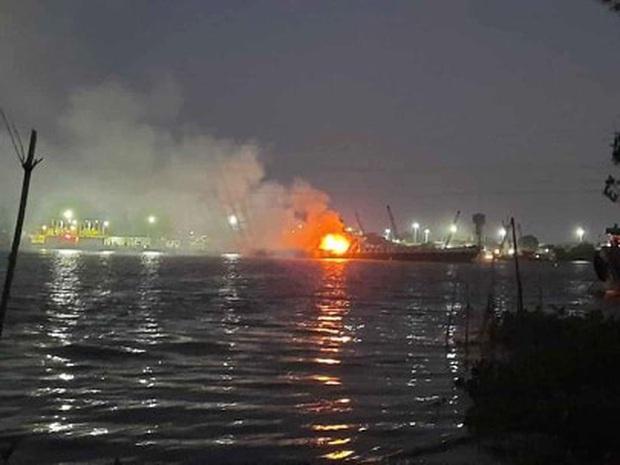 Tàu chở xăng phát nổ, 2 người tử vong, 1 người mất tích trên sông Đồng Nai - Ảnh 1.