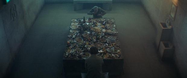 The Platform: Pha châm biếm hoàn hảo về thói hư giành giật đồ ăn của con người, phim kinh dị đáng xem nhất lúc này - Ảnh 6.