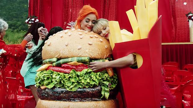"""Chị chị em em có khác: Katy Perry thẳng tay cho bản remix với Kanye West """"ra chuồng gà"""", ngầm đứng về phía Taylor Swift? - Ảnh 3."""
