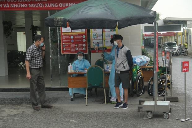 Cán bộ nhân viên BV Bạch Mai đội mưa kiểm tra thân nhiệt từng người vào viện, ngừng khám theo yêu cầu để chống dịch COVID-19 - Ảnh 17.