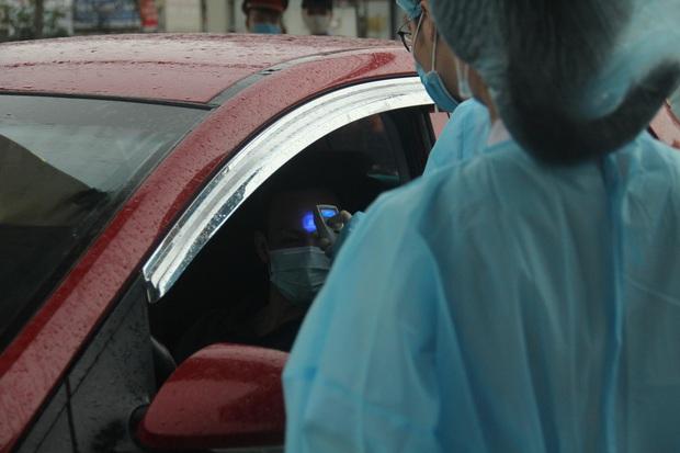 Cán bộ nhân viên BV Bạch Mai đội mưa kiểm tra thân nhiệt từng người vào viện, ngừng khám theo yêu cầu để chống dịch COVID-19 - Ảnh 13.