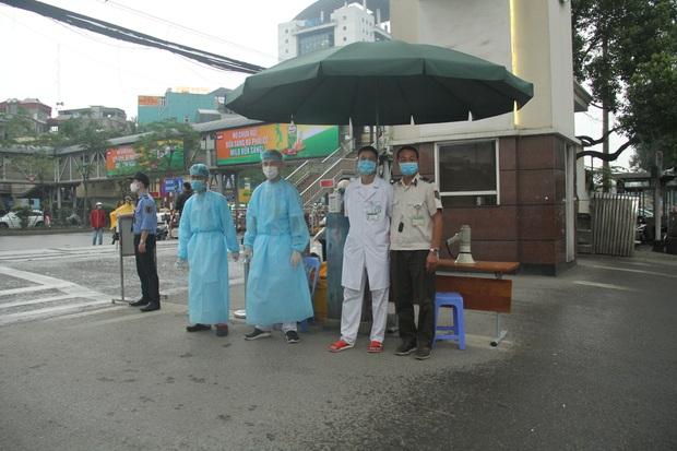 Cán bộ nhân viên BV Bạch Mai đội mưa kiểm tra thân nhiệt từng người vào viện, ngừng khám theo yêu cầu để chống dịch COVID-19 - Ảnh 5.