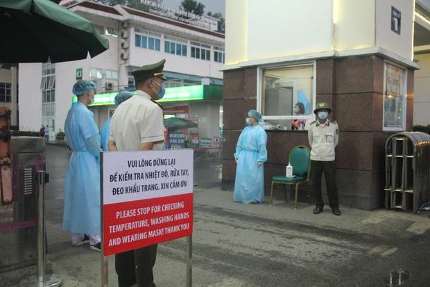 Cán bộ nhân viên BV Bạch Mai đội mưa kiểm tra thân nhiệt từng người vào viện, ngừng khám theo yêu cầu để chống dịch COVID-19 - Ảnh 10.