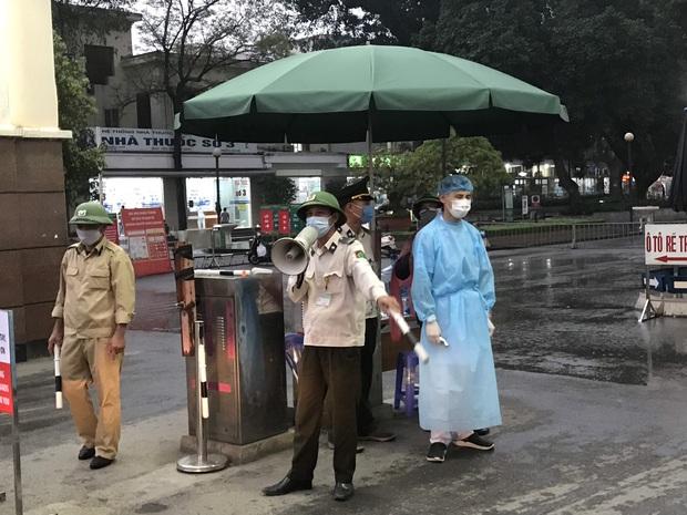 Cán bộ nhân viên BV Bạch Mai đội mưa kiểm tra thân nhiệt từng người vào viện, ngừng khám theo yêu cầu để chống dịch COVID-19 - Ảnh 18.