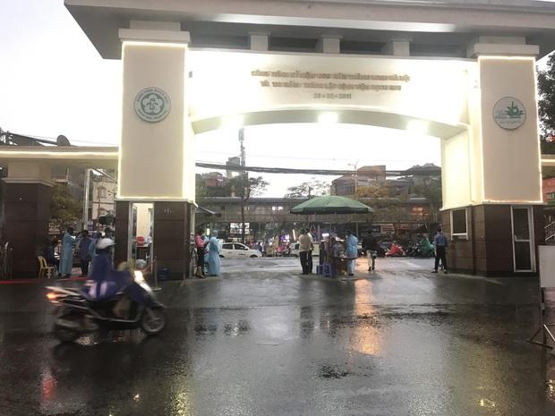 Cán bộ nhân viên BV Bạch Mai đội mưa kiểm tra thân nhiệt từng người vào viện, ngừng khám theo yêu cầu để chống dịch COVID-19 - Ảnh 8.