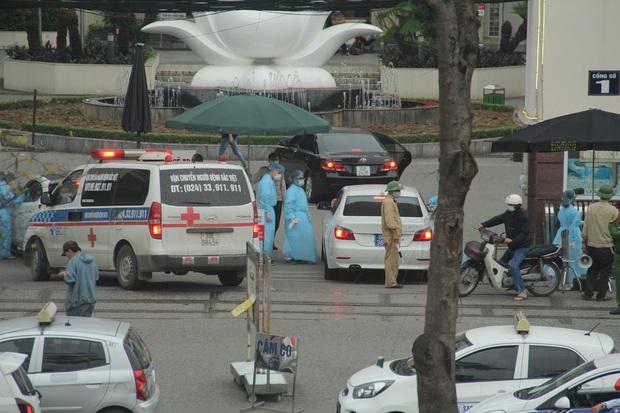 Cán bộ nhân viên BV Bạch Mai đội mưa kiểm tra thân nhiệt từng người vào viện, ngừng khám theo yêu cầu để chống dịch COVID-19 - Ảnh 2.