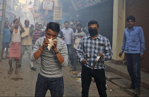 Clip: Chính phủ kêu gọi ở nhà, hàng trăm người Ấn Độ vẫn ùn ùn kéo xuống đường cổ vũ y bác sĩ chống dịch Covid-19 - Ảnh 4.