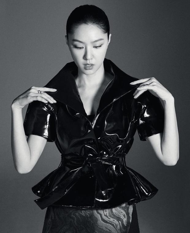 Seo Dan Seo Ji Hye tung ảnh tạp chí chất phát ngất: Đầy khí chất tài phiệt, visual không hổ là đối thủ của Son Ye Jin - Ảnh 5.