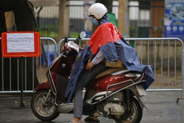 Chùm ảnh: Bố mẹ đội mưa mang đồ tiếp tế cho con ở khu cách ly Pháp Vân - Tứ Hiệp - Ảnh 6.