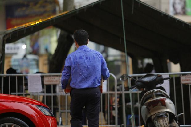 Chùm ảnh: Bố mẹ đội mưa mang đồ tiếp tế cho con ở khu cách ly Pháp Vân - Tứ Hiệp - Ảnh 7.