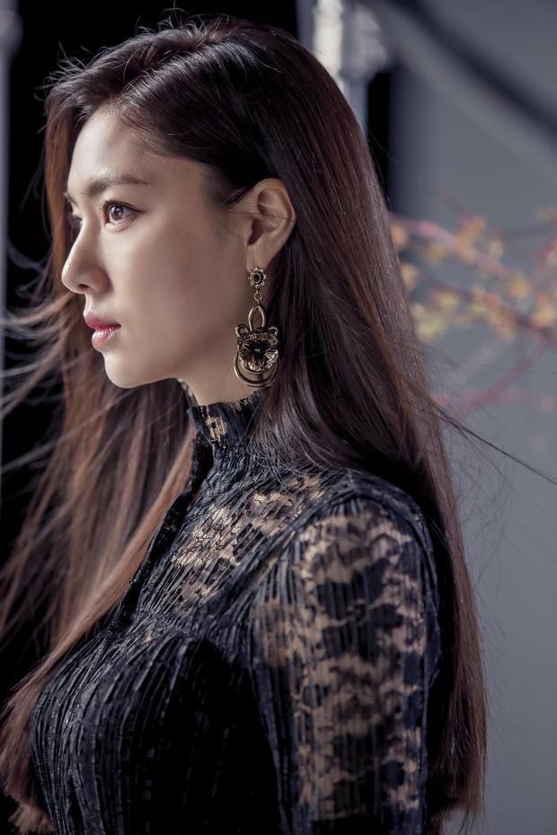Seo Dan Seo Ji Hye tung ảnh tạp chí chất phát ngất: Đầy khí chất tài phiệt, visual không hổ là đối thủ của Son Ye Jin - Ảnh 9.