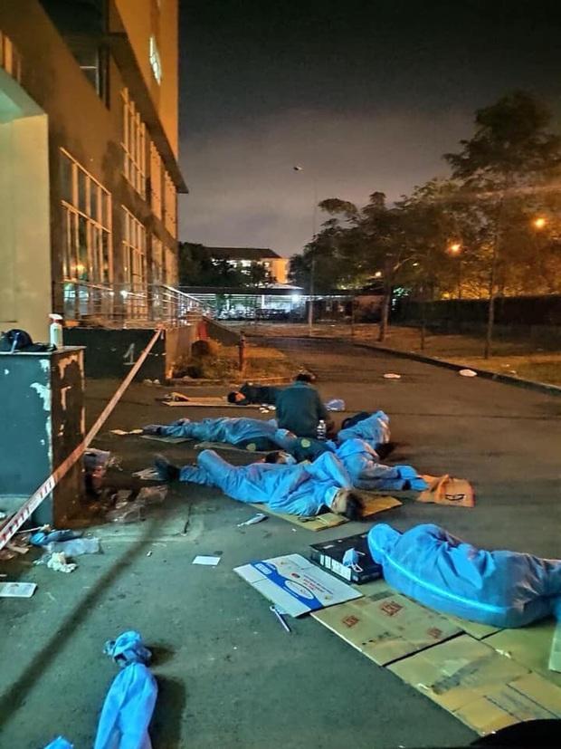Hình ảnh xúc động trong khu cách ly KTX ĐH Quốc Gia: Giấc ngủ trên tấm bìa carton của các nhân viên y tế còn nguyên đồ bảo hộ - Ảnh 1.