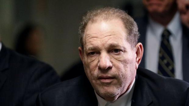 Trùm Hollywood nghiện sex Harvey Weinstein dương tính với COVID-19, cách ly trong trại giam sau khi bị tuyên án 23 năm tù - Ảnh 1.