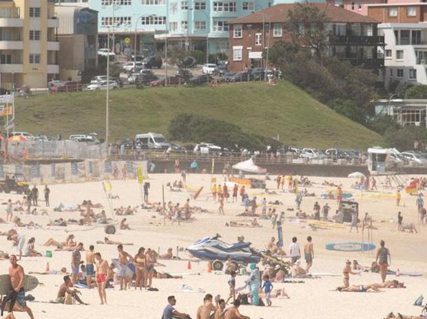 Covid-19: Tụ tập bãi biển, tiệc tùng bất chấp, nhiều du khách dính virus ở Úc - Ảnh 1.