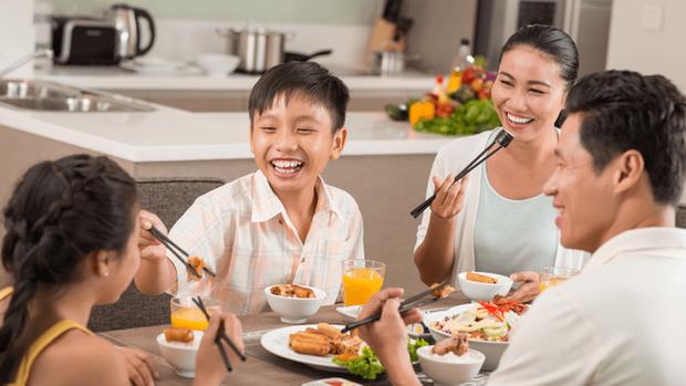 PGS.TS Nguyễn Duy Thịnh: Những lưu ý quan trọng khi ăn uống để phòng chống Covid-19 hiệu quả khi gia đình quây quần bên mâm cơm tại nhà - Ảnh 2.