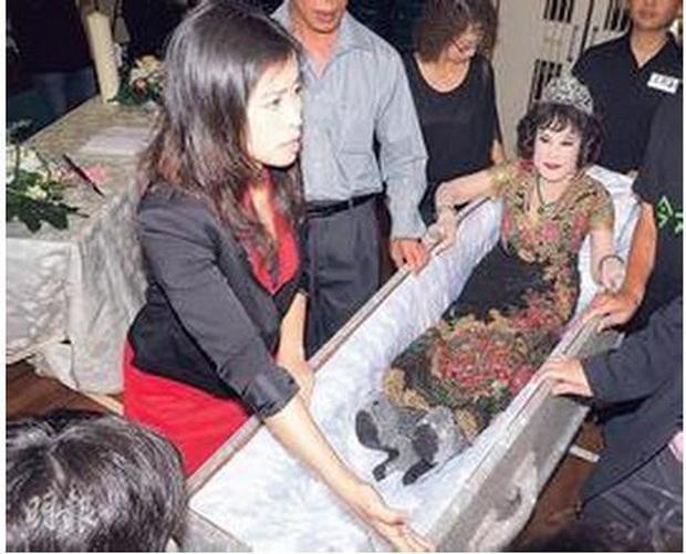 Thảm họa thẩm mỹ Hong Kong Hoàng Hạ Huệ: Cả đời chiêu trò, dao kéo níu kéo đại gia và cái kết bất ngờ tuổi xế chiều - Ảnh 11.