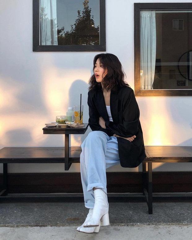 Blazer + Jeans: Nàng công sở sẽ chẳng bao giờ mặc xấu nếu biết thêm cách kết hợp giày dép này - Ảnh 12.